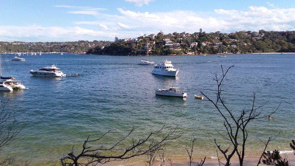 Spacer szlakiem Spit to Manly Walk w Sydney, Australia. Widok z plaży Clontarf na turkusową zatokę.