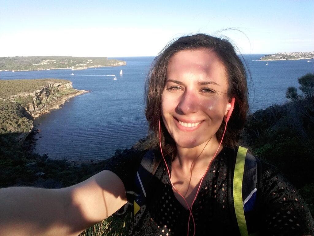 Ja z widokiem na Sydney Harbour w tle, zdjęcie zrobione z punktu widokowego Arabanoo Lookout podczas spaceru trasą Spit to Manly